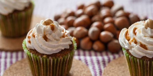 Cupcake alla nocciola con cuore di caramello salato